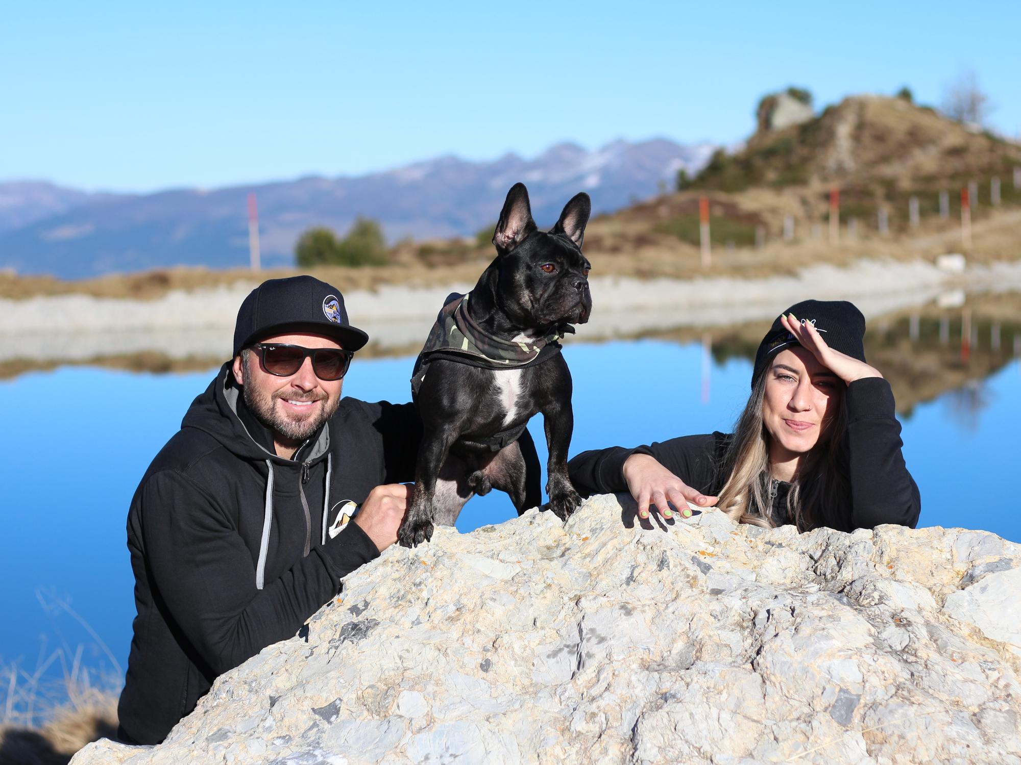 Mario Egger mit Französischer Bulldogge Apollo und Viktoria Kröll